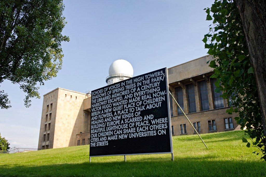 Robert Montgomery, installazione nel parco di Tempelhof a Berlino per la sua esibizione Echoes of Voices in the High Towers